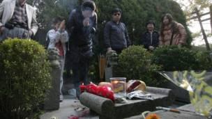 Wasu mutane masu ziyara a kabarin danginsu da ke Shanghai ranar 3 ga watan Afrilun 2012