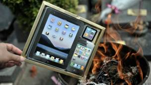 Yadda ake kona komfiyutar iPad da wayar iPhone na takarda a wata makabarta da ke Fuzhou a kudu maso gabashin China ranar 2 ga watan Afrilun 2012