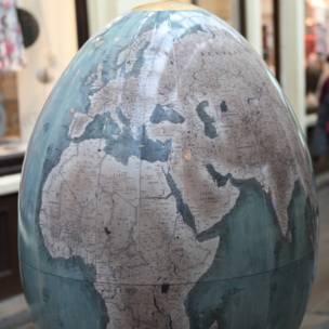 بيضة ملونة على شكل الكرة الأرضية