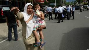 Warga Gempa Aceh ke luar dari rumah masing-masing