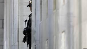 Норвежский полицейкий с автоматом охраняет здание суда, где идет процесс над Брейвиком