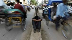 Отдых индийского чистильщика улиц