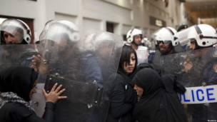 Polisin dan pengunjuk rasa di Manama