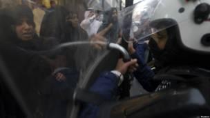 Polisi dan pengunjuk rasa