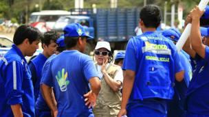 Albina Ruiz, fundadora del proyecto Ciudad Saludable, conversa con recicladores en Perú