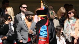 Монгол в красочном традиционном наряде