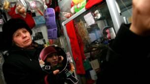 Продавщица шапок