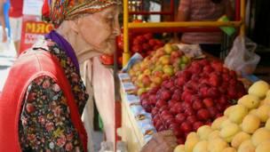 Покупательница у фруктового прилавка