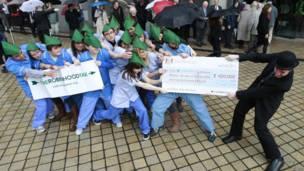 Демонстранты пикетируют Королевский фестивальный зал