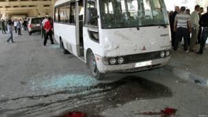 Службы безопасности Сирии осматривают поврежденный взрывом автобус