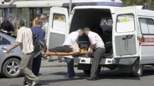 Оказание помощи раненому после взрыва в Днепропетровске