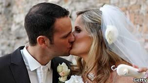 Las personas se casan cada vez más tarde.