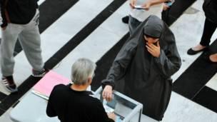 Một phụ nữ Hồi giáo bỏ phiếu ở Toulouse, miền nam Pháp