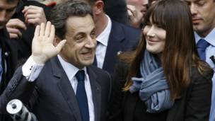 Sarkozy và phu nhân Carla Bruni-Sarkozy sau khi bỏ phiếu
