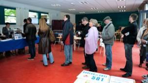Người dân xếp hàng bỏ phiếu ở thành phố miền bắc nước Pháp
