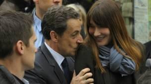 Tổng thống Sarkozy hôn vợ sau khi rời điểm bỏ phiếu.