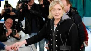 Bà Marine Le Pen đã bỏ phiếu ở Henin Beaumont