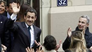 Tổng thống Sarkozy vẫy tay với người hâm mộ sau khi bỏ phiếu