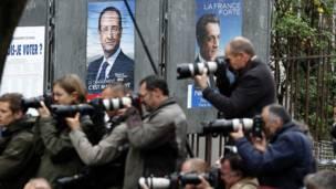 Các phóng viên chờ đợi Sarkozy trở về Điện Élysée sau khi đi bỏ phiếu