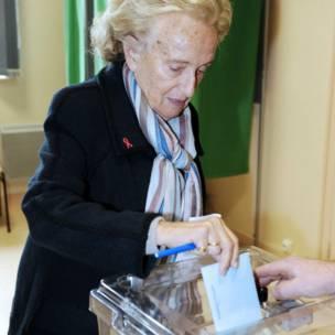 Cựu đệ nhất phu nhân Pháp Bernadette Chirac đi bỏ phiếu