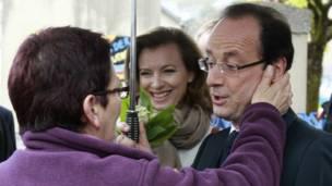 Francois Hollannde và bạn gái gặp người dân ở Tulle
