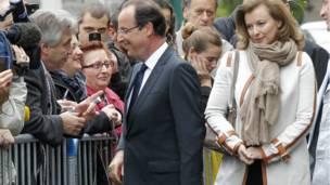 Hollande và bạn gái gặp gỡ ủng hộ viên khi ông chuẩn bị bước vào phòng phiếu