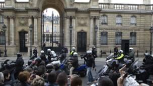 Báo chí chờ đợi Tồ̉ng thống Sarkozy trở về trước điện Élysée