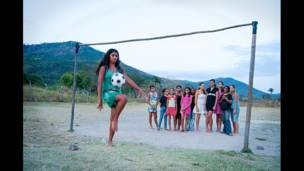 Menina pratica futebol no Brasil (Foto: Inspired by Sport)