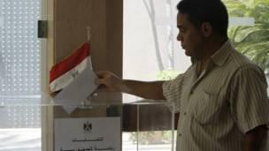 مصري يدلي بصوته في بيروت
