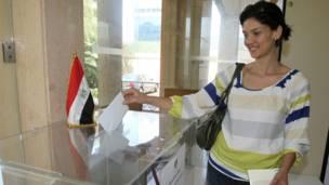 مصرية تدلي بصوتها في بيروت