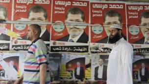 دعاية لمحمد مرسي وعمرو موسى في الإسكندرية
