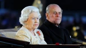 英女王與丈夫觀看歌舞表演