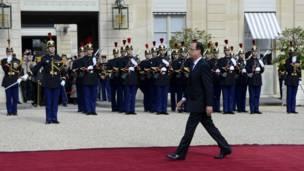 Проход Олланда по ковровой дорожке