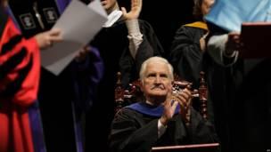 Carlos Fuentes aplaude al recibir un doctorado honorario en la Universidad de Puerto Rico en San Juán.