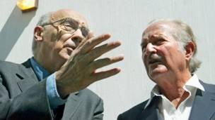 Carlos Fuentes, en 2004, acompañado del escritor portugués José Saramago.