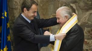 Carlos Fuentes recibe la Gran Cruz de Isabel La Católica.