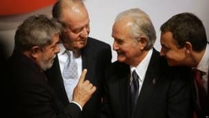 En esta fotografía le acompañan de izquierda a derecha Luiz Inacio Lula da Silva, expresidente de Brasil, Juan Carlos I, rey de España, y José Luis Rodríguez Zapatero, expresidente del gobierno de España.