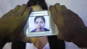 आधार कार्ड पहचान के लिए फोटो खिंचवा रहे लोग