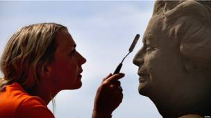 Никола Вуд работает над скульптурным портретом Елизаветы II