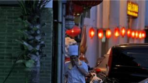 Повар во время перекура в Пекине