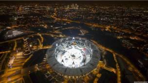 Олимпийский стадион ночью