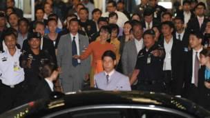 Bà Suu Kyi chuẩn bị bước lên xe rời phi trường