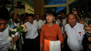 Bà Suu Kyi ra đến sân bay ở Rangoon