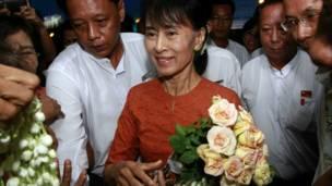 Bà Suu Kyi nhâṇ hoa của người hâm mộ tại sân bay Rangoon