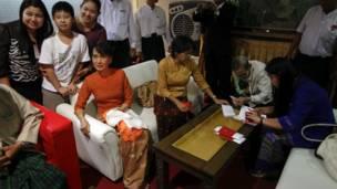 Bà Suu Kyi trong phòng chờ VIP tại sân bay Rangoon