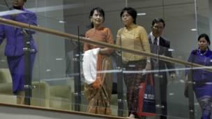 Bà Suu Kyi bước đến phòng chờ sân bay sau khi đã hoàn tất thủ tục hải quan