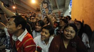 Kiều dân Miến Điện ra chào đón bà Suu Kyi ở sân bay