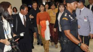 Bà Suu Kyi trong vòng vây an ninh tại sân bay Bangkok