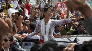 Bà Suu Kyi vẫy tay với người ủng hộ tại Mahachai nằm ở phía nam Bangkok