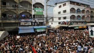 Đám đông tập hợp nghẹt một con đường ở Mahachai để nghe bà Suu Kyi phát biểu